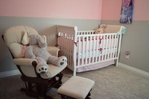 Photo d'un fauteuil confortable installé près d'un lit de bébé